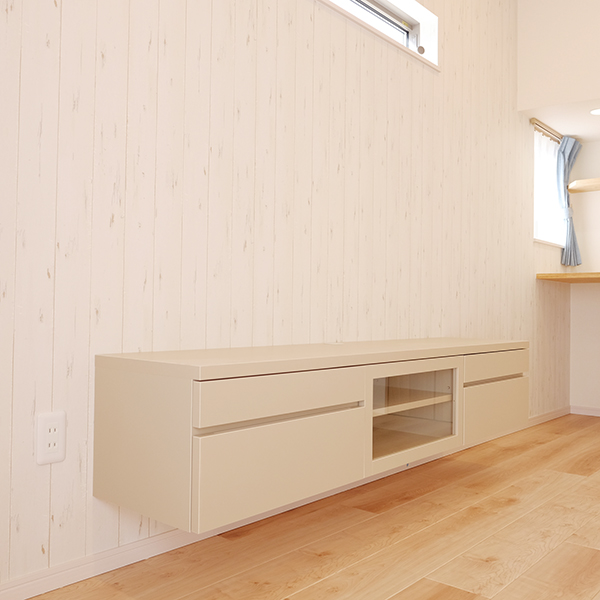 〜東近江市 J様邸〜 柔かい印象のライトベージュのテレビボードが、ホワイトの木目柄クロスとうまくマッチしています。